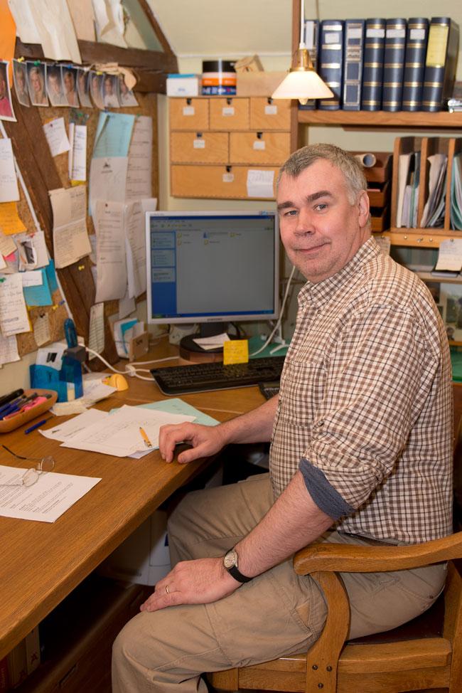 Anders Jonsson på kontoret svarar på prisfrågor kring kök, köksinredning.