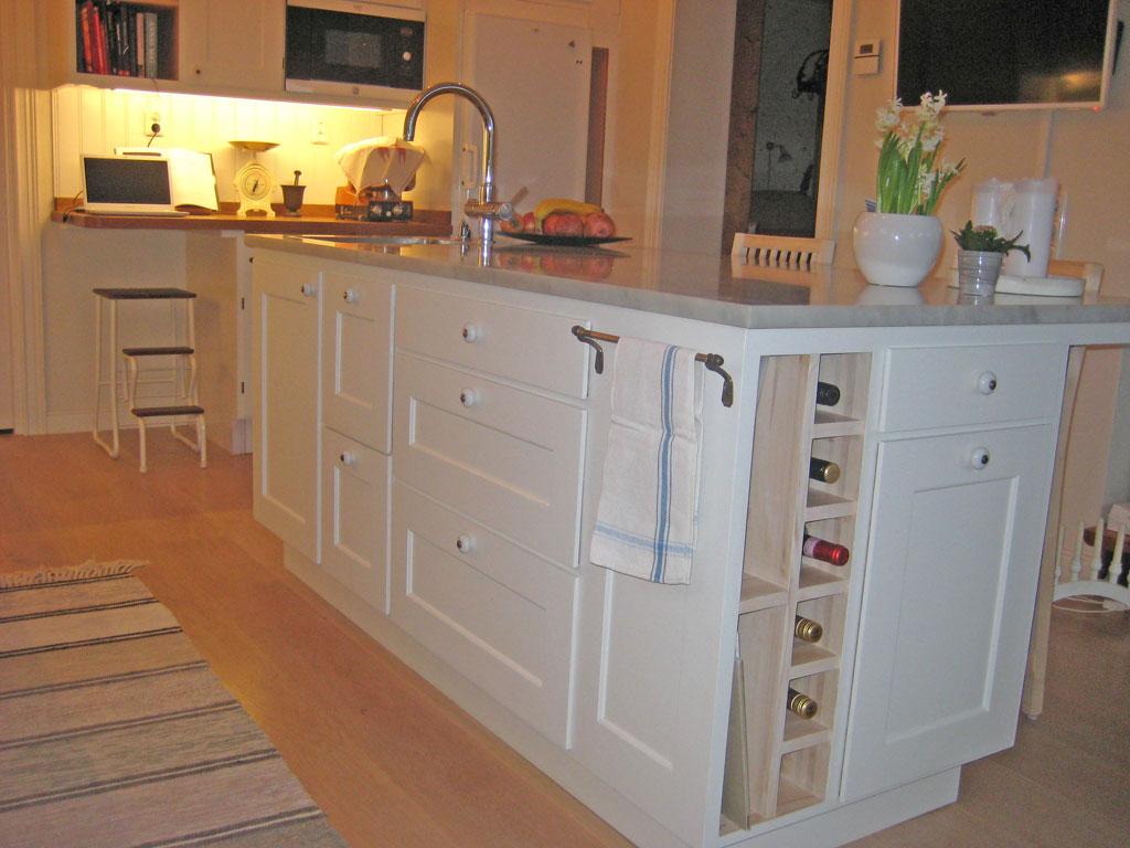 Köksö med överfalsade luckor och lådor och dubbel källsortering.