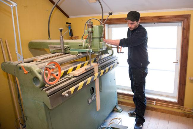 Stefan jobbar i verkstaden på snickeriet