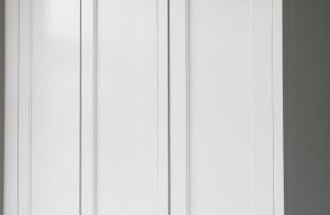 Platsbyggda garderober i hallen