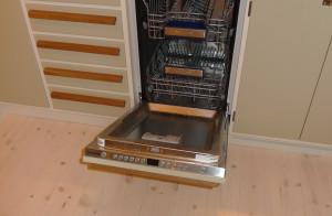 Massivt funkiskök med integrerad diskmaskin