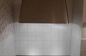 Platsanpassad designad köksinredning, med skåp av massivträ