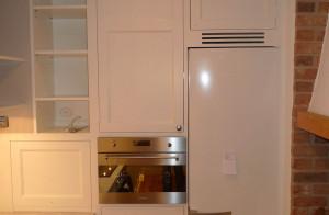 Kök Älvsjö. Inbyggda vitvaror i köksskåp som går upp till tak.