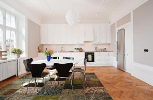 Äldre våning får nytt kök från snickeriet i Hälsingland.