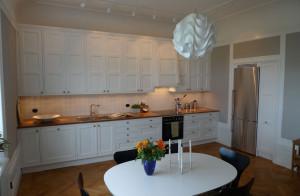 Designat snickerikök i massivträ, anpassat för den äldre Våningen.