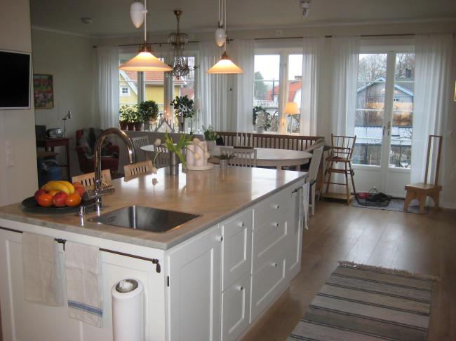 Köksö med ramverkfrisidor och relingar för bla handdukar.