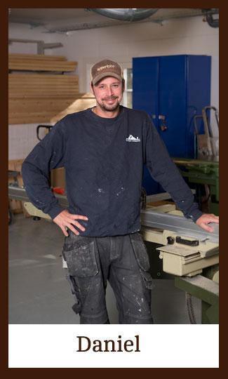 Daniel i verkstaden på Snickeri Tallkotten