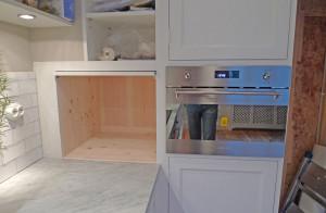 Specialbyggt skåp för matberedare med inskjutbar lucka.